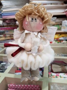 bambola in lana cardata